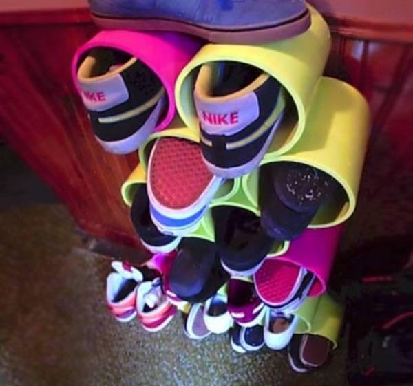 une étagère pour chaussures faites avec des tuyaux en plastique coupés