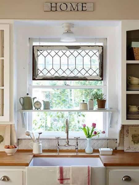 vieille fenêtre pour décorer une autre fenêtre
