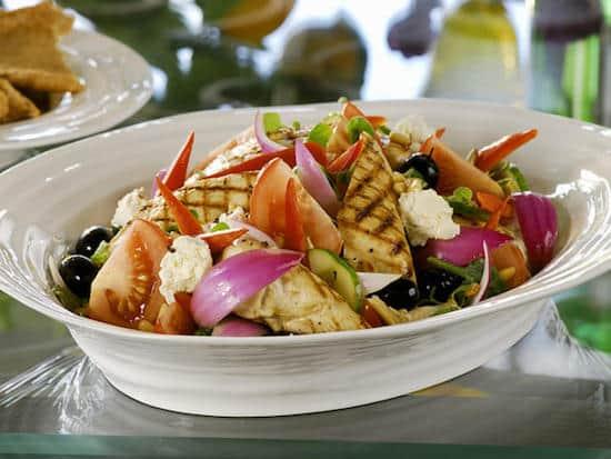 Quelle est la recette de salade grecque à moins de 400 calories ?