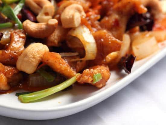 Quelle est la recette de la salade au sauté de poulet et noix de cajou à moins de 400 calories ?