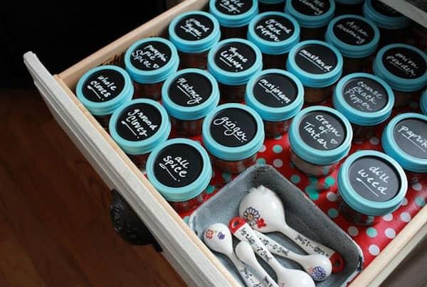 des boites à épices dans des bocaux