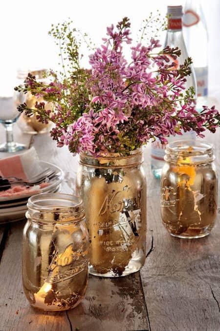 des vases dorés dans des bocaux