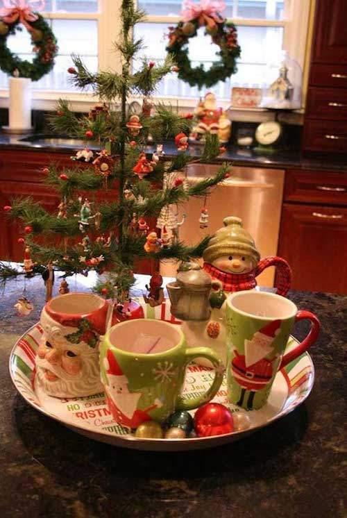 Arbre de Noel au milieu de la cuisine avec des tasses