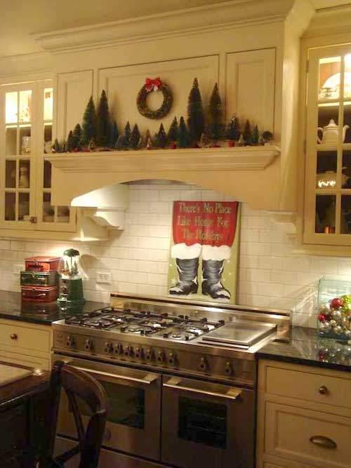 Bottes du père Noël accrochées juste au dessus du four de la cuisine