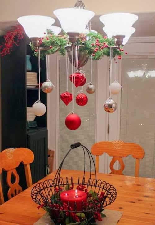 Guirlandes rouge et blanche accrochées à la lumière dans la cuisine