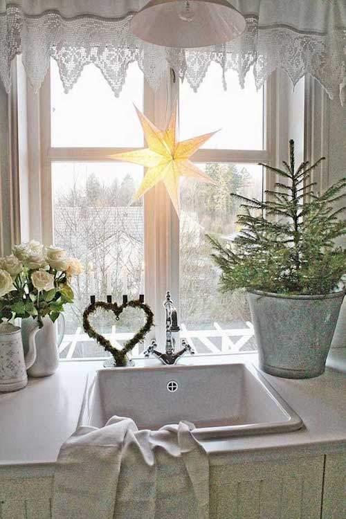 Étoile jaune accrochée à la fenêtre de la cuisine