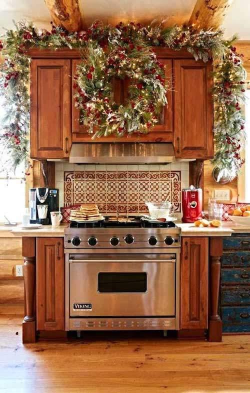 Grosse guirlande verte et rouge accroché au dessus du four dans la cuisine
