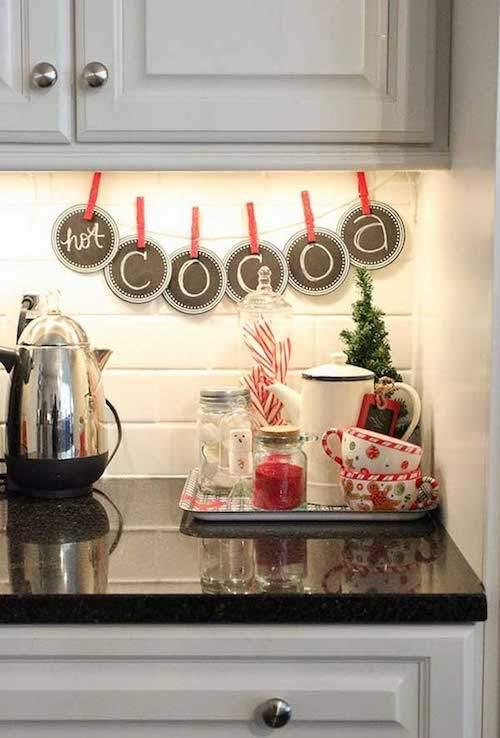 Guirlande chocolat chaud sous le placard de la cuisine