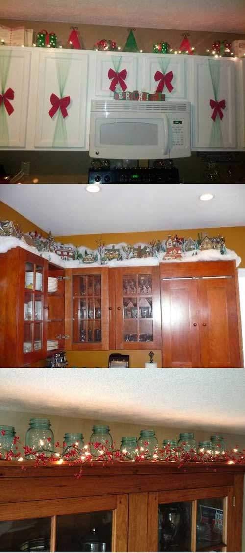 Guirlandes rouge et verte au dessus des placards dans la cuisine