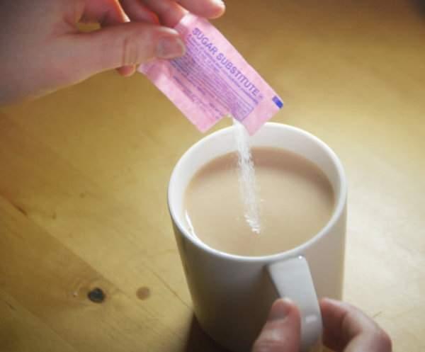 une femme sucre son café avec de la saccharine