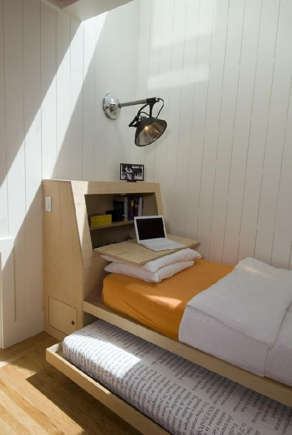 chambre minimaliste avec double lit en un minimum d'espace