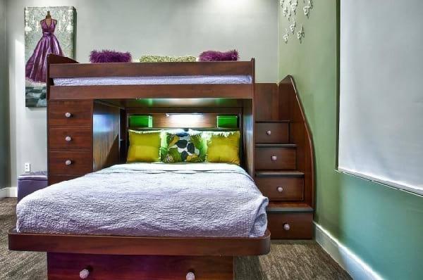 lit en bas avec mezzanine au dessus escaler