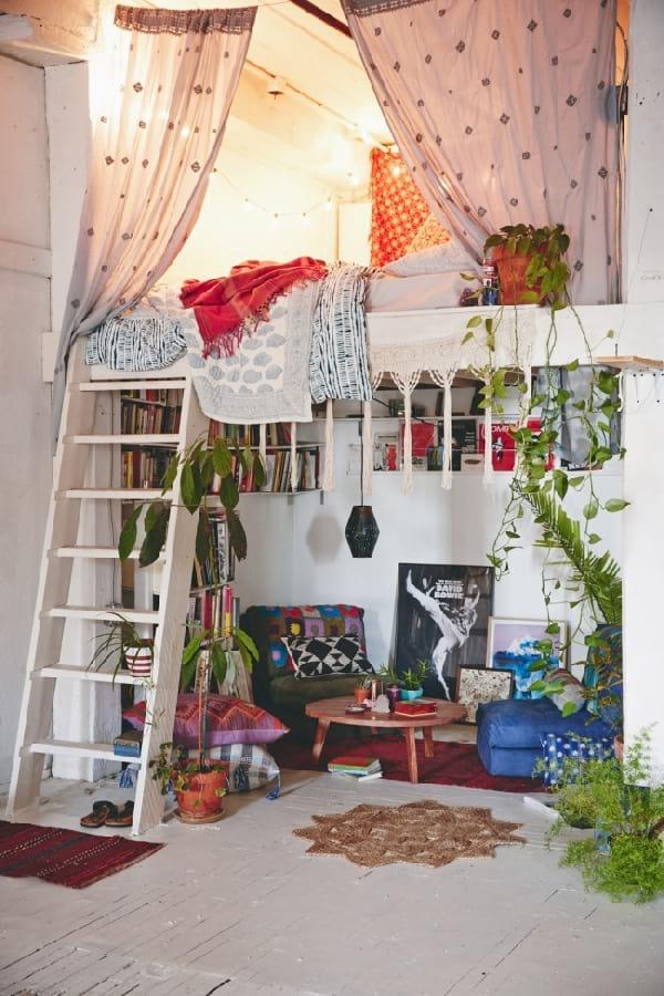 mezzanine avec lit au dessus et en bas bureau