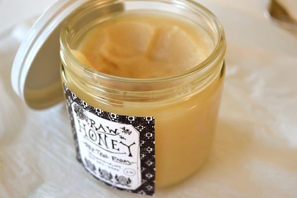 Pot de miel cru ouvert avec un couvercle
