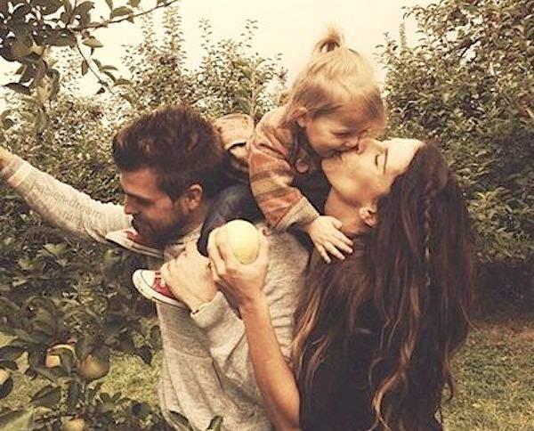 Couple avec leur enfant qui s'amuse en vacances
