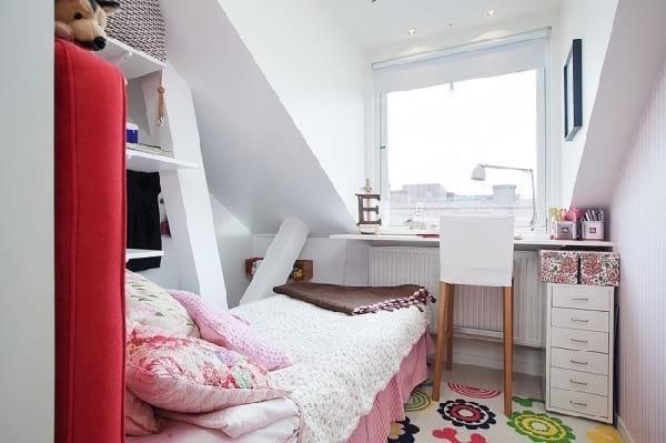 petit chambre dans grenier bien organisé