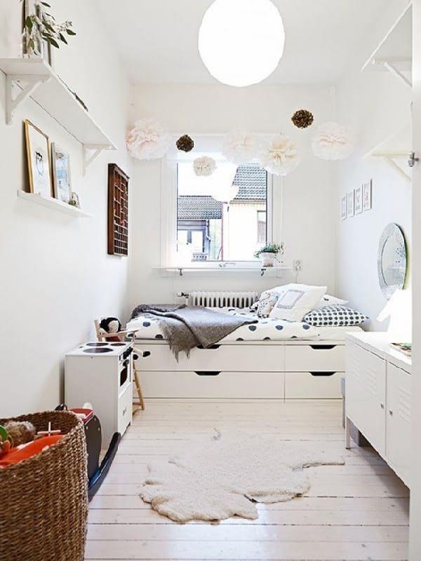 petite chambre avec lit et placard en dessous