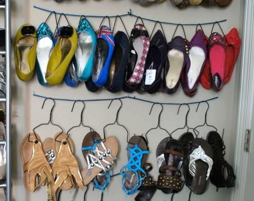 chaussures accrocher sur des cintres