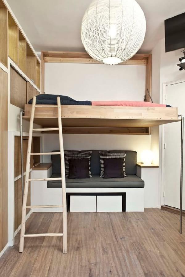 simple et stylée mezzanine avec canapé en bas