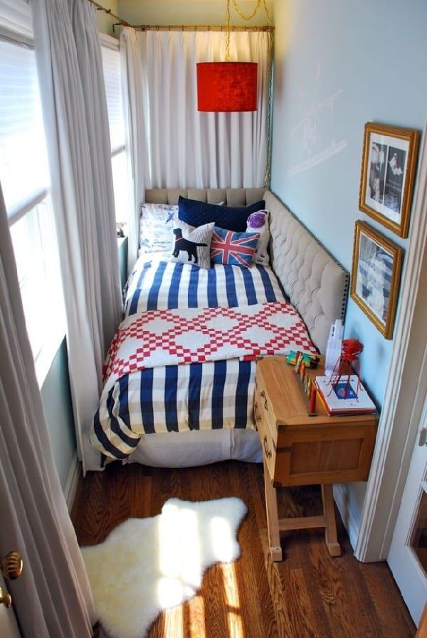 une petite chambre avec petit lit pour la lecture