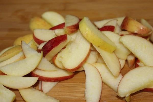 des morceaux de pommes coupés en quartier