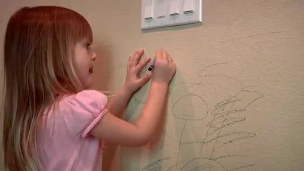 Une astuce pour enlever les taches de crayon sur les murs