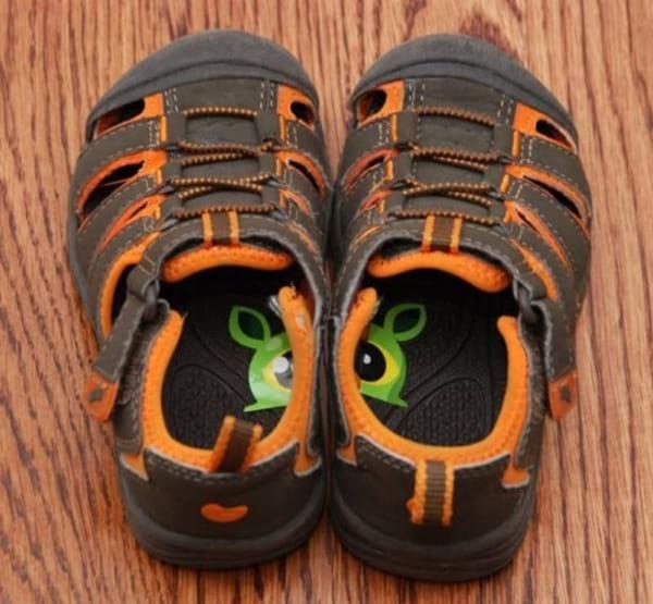 des autocollants dans les chaussures pour savoir quel est le pied gauche et le pied droit