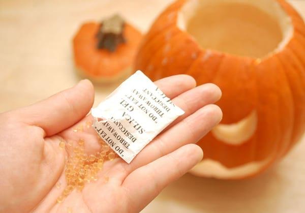 Utilisez des sachets de silice pour conserver les citrouilles à Halloween
