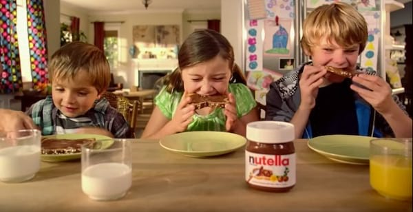Enfants en train de manger des tartines de nutella au p'tit dej