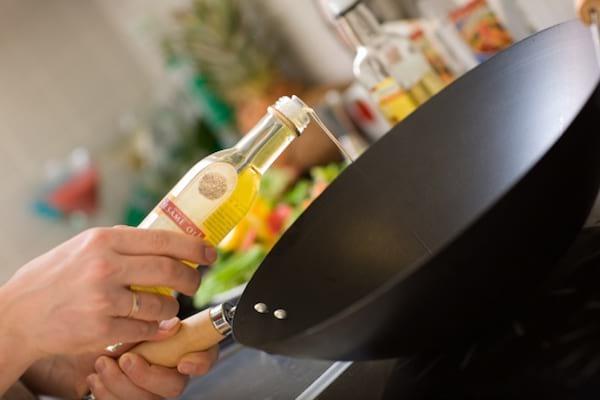 éviter les éclaboussures d'huile en mettant du sel dans la poêle avant cuisson