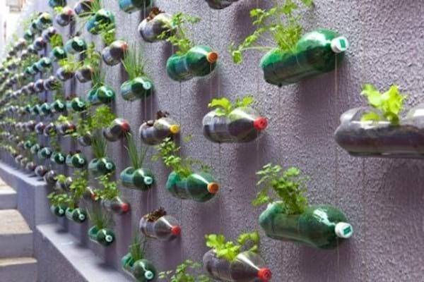 Idee de recup pour faire un pot de fleurs avec des bouteilles en plastique