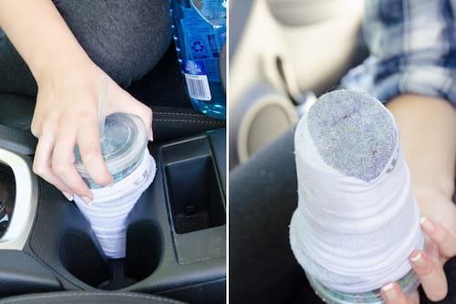 Utilisez une porte-gobelet avec une chaussette pour nettoyer le porte gobelet