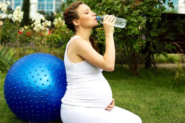 Rester bien hydratée pour vous et le bébé quand vous êtes enceinte