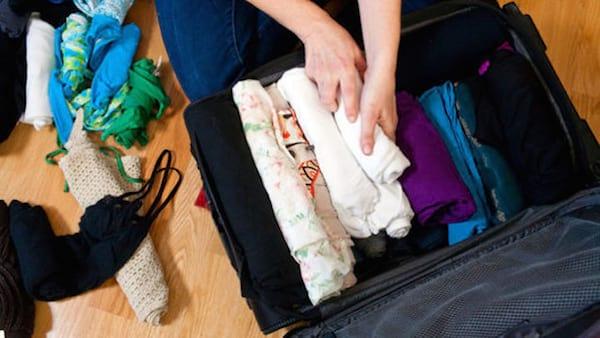 mettez des sachets de silice avec les vêtements mouillés dans la valise
