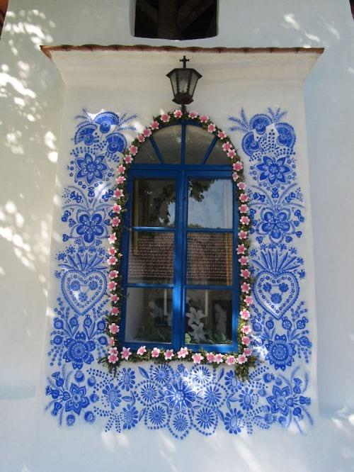 une fenêtre décorée de fleur et d'une frise de motifs traditionnels tchèques