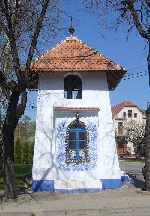 un petit clocher décoré avec des fleurs bleues dans le village de Londa