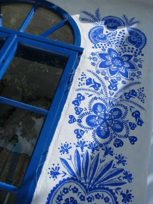 les motifs traditionnels tchèques sont peints en bleu vif