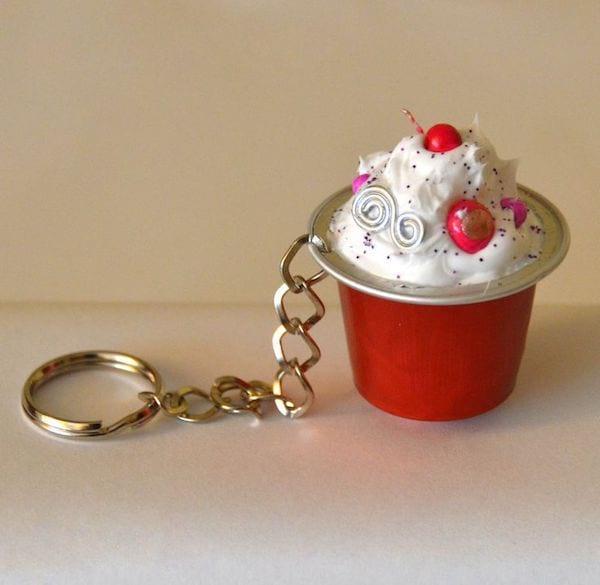 porte clé rouge dans capsule café recyclée