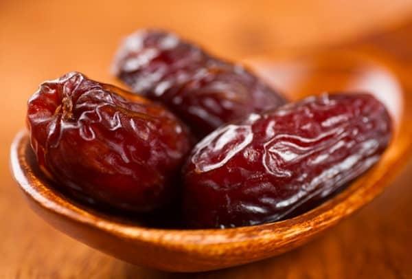 les chiens peuvent manger des dates avec modération sans les noyaux