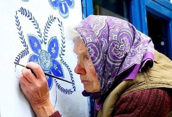une tchèque de 90 ans embellit son village en décorant les murs des maisons