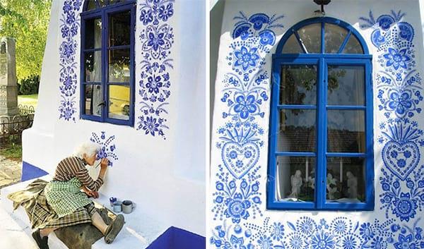 assise par terre, une grand-mère tchèque de 90 ans peint des fleurs sur les maisons