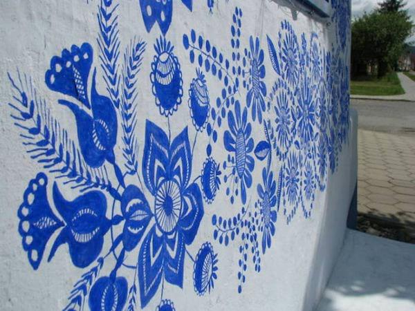 une frise de fleurs bleues peintes sur une maison