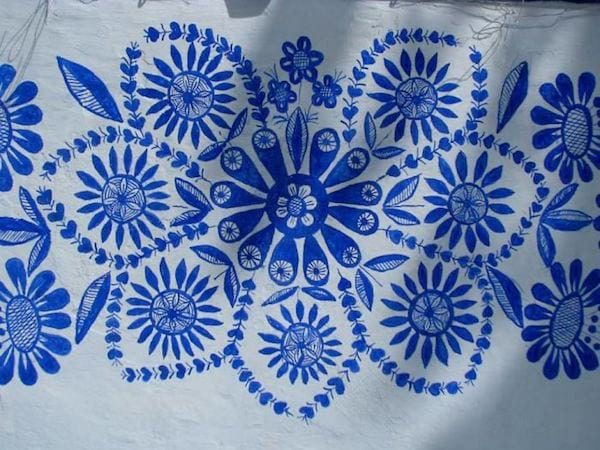 des motifs traditionnels morave peints sur une maison