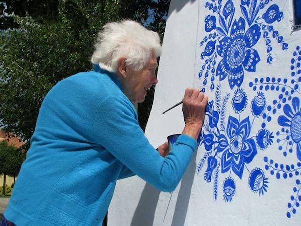 chaque été cette vieille grand-mère peint les maisons du village