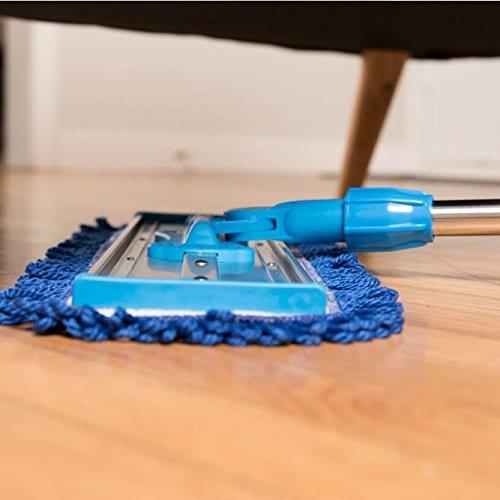 Les balais microfibre aident à nettoyer les zones difficiles à atteindre.