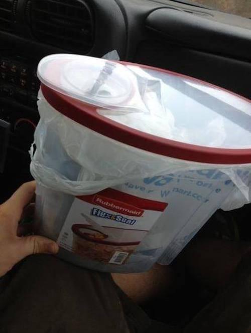 Utilisez une boite de céréales en plastique comme poubelle pour voiture