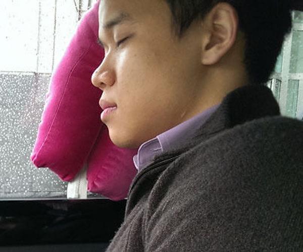 Utilisez un oreiller de fenetre pour dormir en voiture