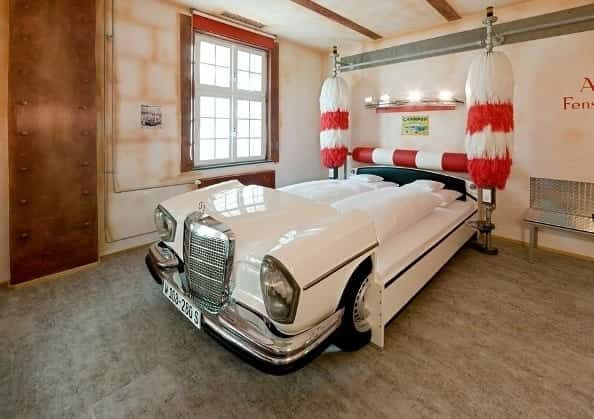 vielle voiture transformée en lit