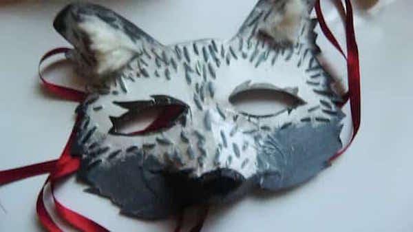 carton et ciseaux on fait un masque de loup