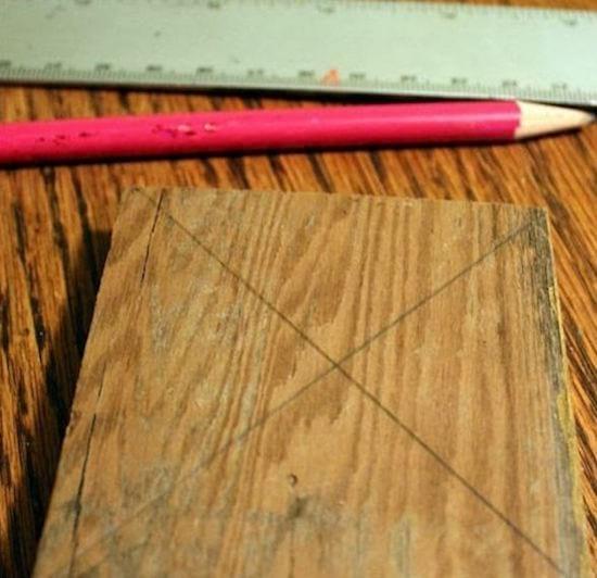 faites une croix pour trouver le centre de la planche